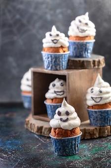 Традиционные кексы с привидениями с безе. идея еды для вечеринки на хэллоуин. выборочный фокус.