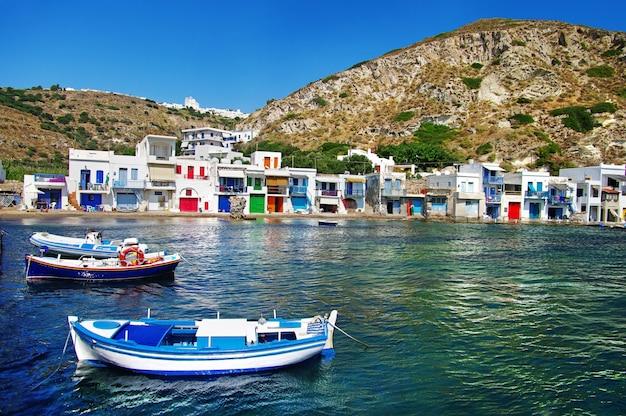 伝統的なギリシャ、キクラデス諸島のミロス島にカラフルな家があるユニークな漁村クリマ
