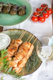 Традиционный греческий куриный шашлык сувлаки с соусом цацики