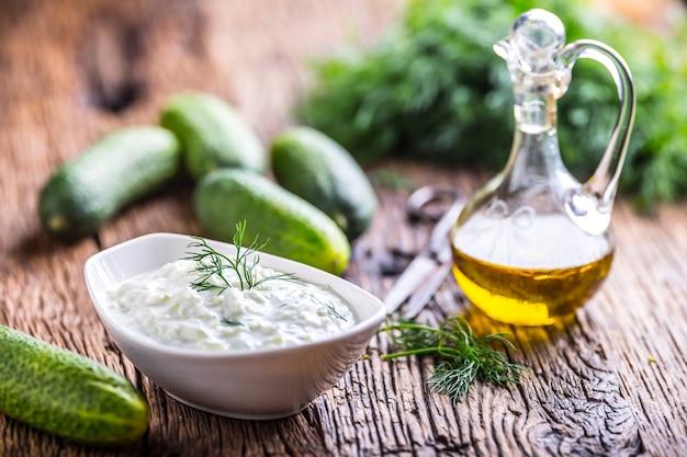 Традиционный греческий соус цацики, приготовленный из огурца, сметаны, йогурта, оливкового масла и свежего укропа
