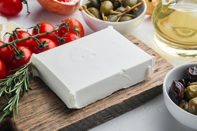 흰색 바탕에 전통적인 그리스 죽은 태아의 치즈 세트