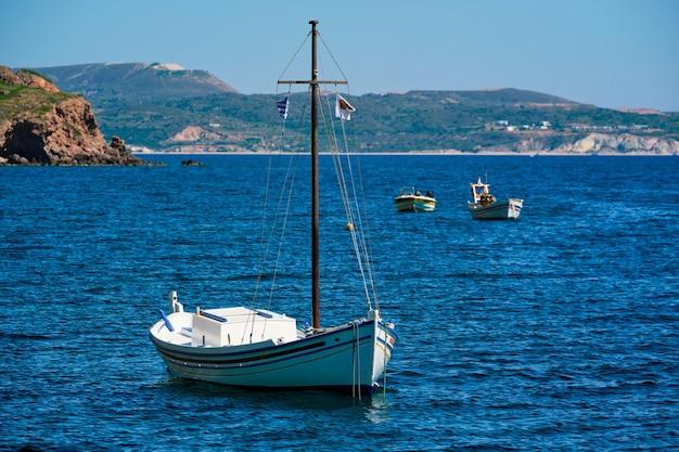 Традиционная греческая рыбацкая лодка в эгейском море греция