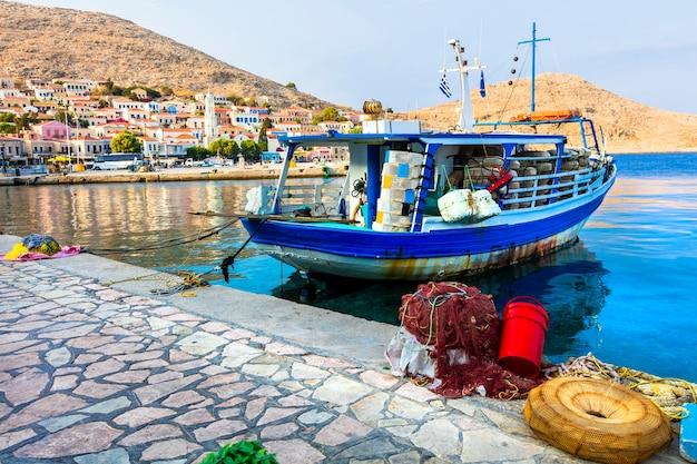 Традиционные греческие острова - халки с лодками желающих
