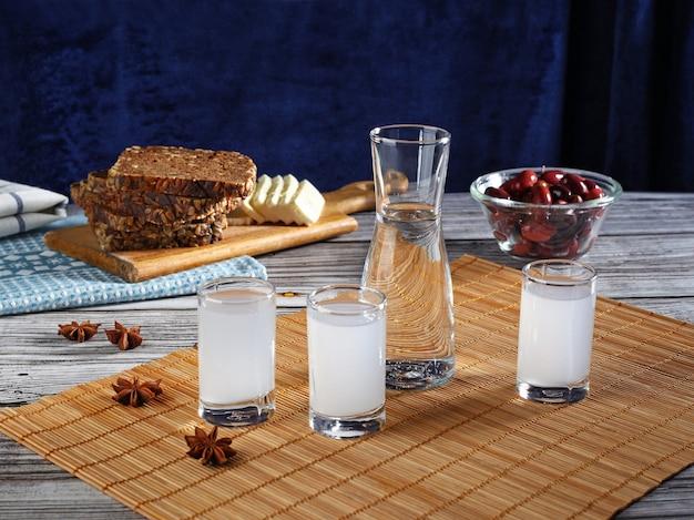 Традиционное греческое узо в рюмках с закусками