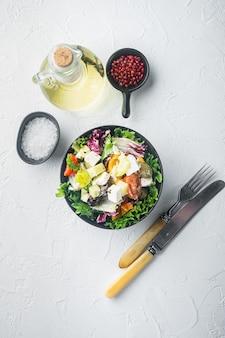 Традиционный греческий салат со свежими овощами, сыром фета и оливками, плоский вид сверху