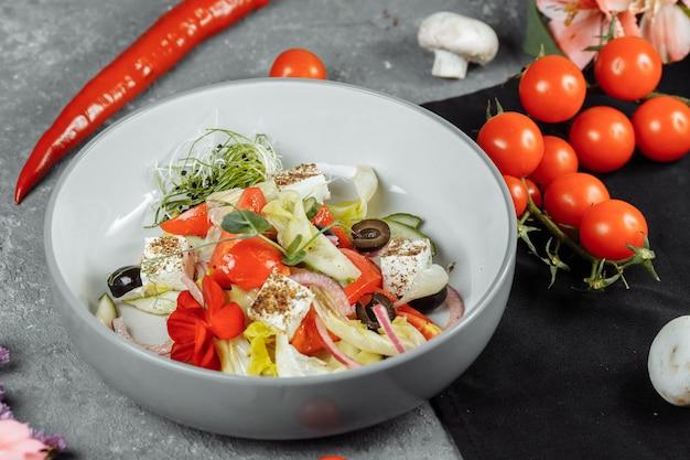 신선한 야채, 페타 치즈, 올리브와 함께 전통적인 그리스 샐러드.