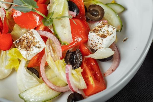 신선한 야채, 페타 치즈, 올리브가 들어간 전통 그리스 샐러드