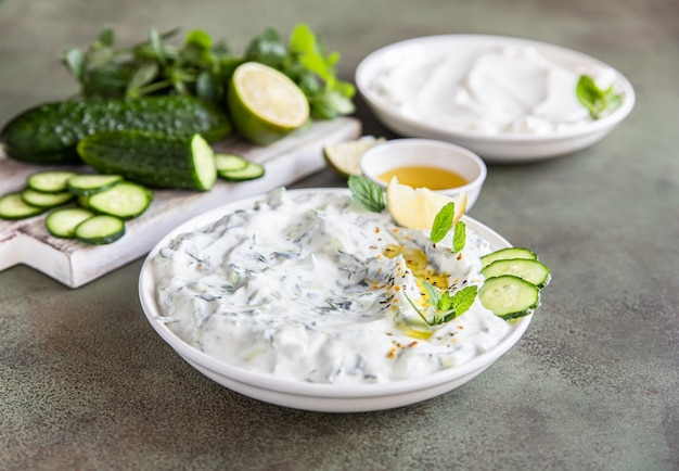 キュウリのヨーグルトオリーブオイルとミントをすりおろした伝統的なギリシャのザジキディップソース