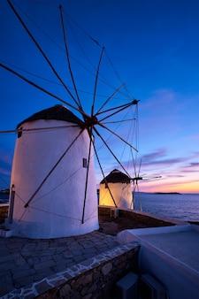 ミコノス島の日の出、キクラデス諸島、ギリシャの伝統的なギリシャの風車