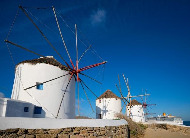 日の出のキクラデス諸島ギリシャのミコノス島の伝統的なギリシャの風車