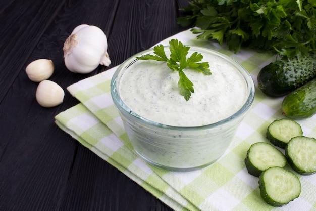 Традиционный греческий йогурт с огурцом