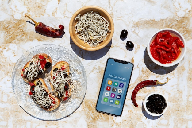 Disposizione di piatti tradizionali gulas con smartphone