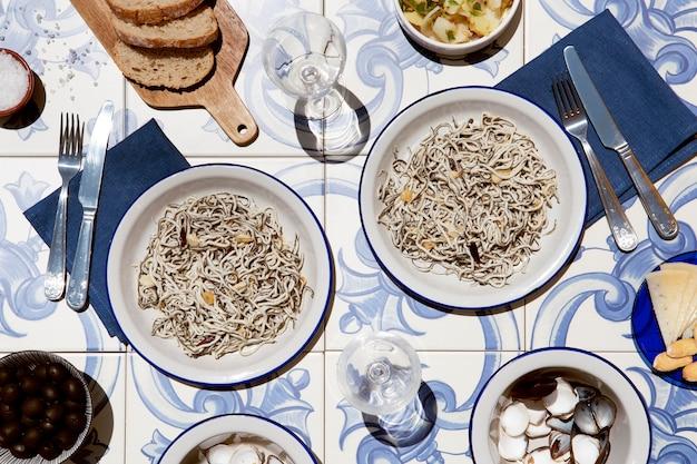 伝統的なグラーシュ料理の品揃え