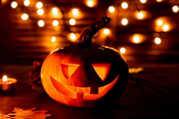 Традиционная тыква на хэллоуин светится в темноте концепция поздравительной открытки на хэллоуин темное настроение