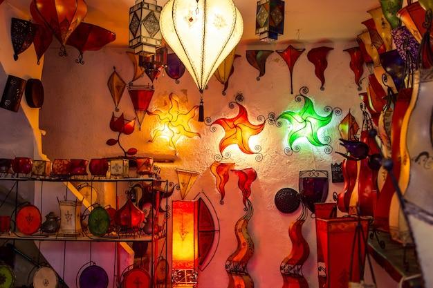 ギフトショップの伝統的な手作りのモロッコのランプ。色付きガラスモザイク。モロッコ、エッサウィラのバザール。