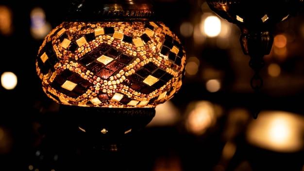 土産物店で伝統的な手作りのトルコのランプ。色付きガラスのモザイク。 lampes orientales au grand bazard'istambul-トルコ