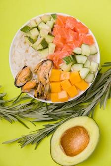 Традиционный гавайский рис и морепродукты тыкать салат нарезанный крупным планом.
