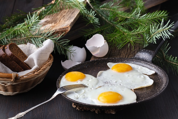 Традиционный здоровый легкий быстрый завтрак из двух жареных яиц подается на сковороде