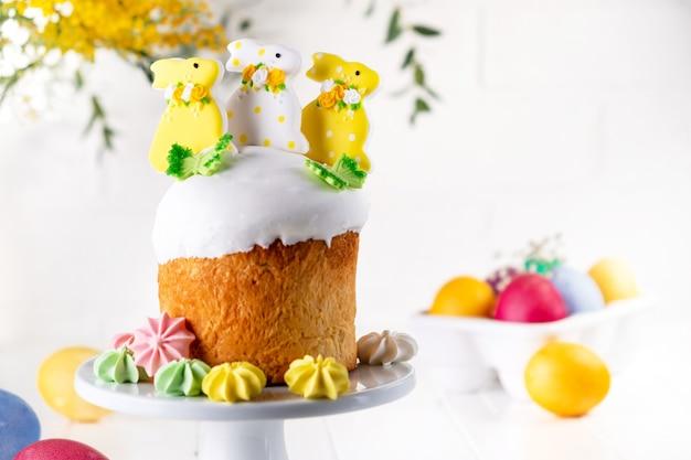 バニーと色の卵で飾られた伝統的な休日のイースターケーキ Premium写真