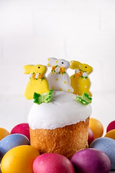 バニーと色の卵で飾られた伝統的な休日のイースターケーキ