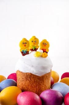 鶏と色の卵で飾られた伝統的な休日のイースターケーキ
