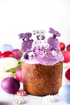 ライラックのバニーで飾られた伝統的な休日のイースターケーキ