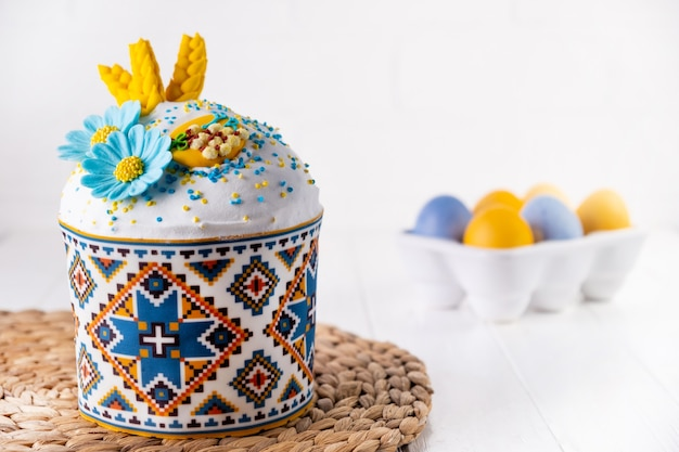 伝統的な休日のイースターケーキ、塗られた卵の青と黄色の色