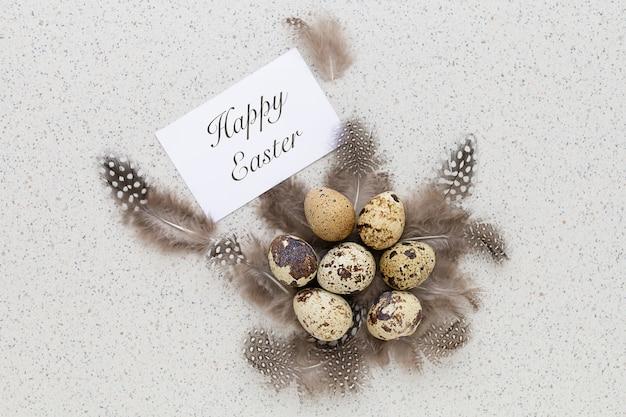 비문 행복 한 부활절과 깃털의 둥지에서 전통적인 휴가 메 추 라 기 계란.