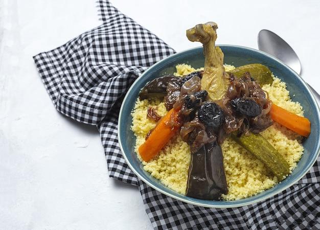 Традиционный домашний кускус с курицей и овощами сверху. арабская еда. марокканская кухня.