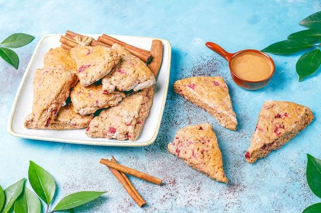 Традиционные домашние английские булочки с замороженной малиной и корицей, вид сверху