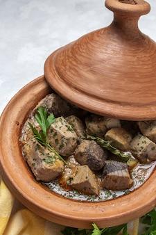 Традиционное домашнее рагу из рыбы таджин с картофелем. марокканская кухня. халяльная еда
