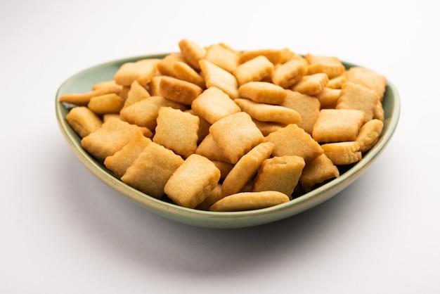 전통 수제 인도 구자라트 또는 마하라 슈트 리안 휴일 달콤한 스낵 식품