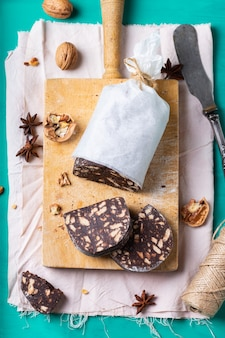 伝統的な自家製イタリアンデザートクリスマスチョコレートサラミ