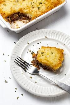 Традиционный домашний пастуший пирог сверху. коттедж пешком. концепция английской кухни
