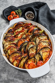 전통적인 수제 야채 라따뚜이가 접시에 구워졌습니다.
