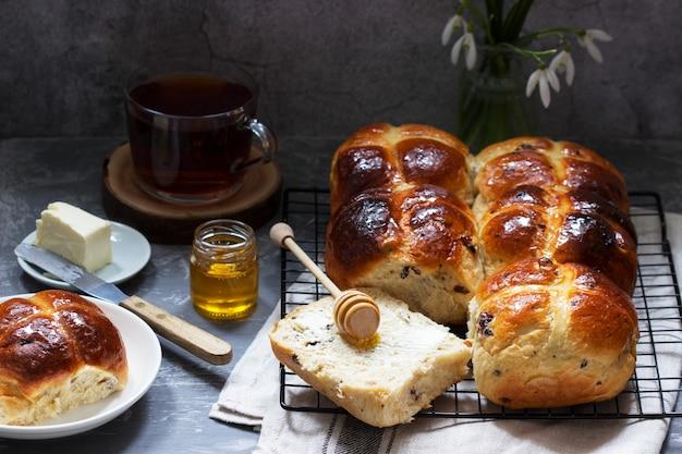 コンクリートの表面に蜂蜜とバターを塗った伝統的なホットクロスパン