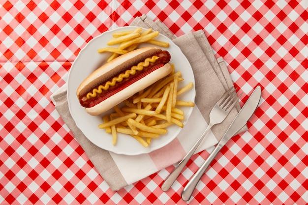 伝統的なホットドッグフライドポテトドリンクとソースレストランメニュー