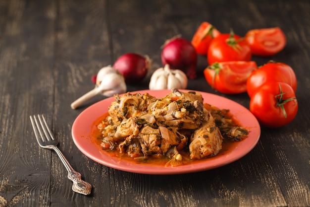 Традиционное горячее рагу с мясом и овощами, тушенное в томатном соусе, для здорового питания.
