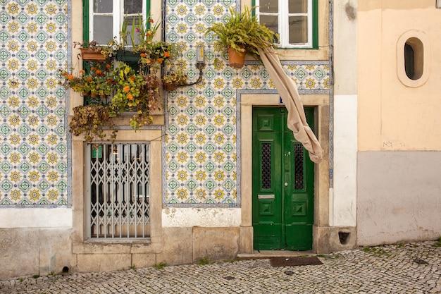 リスボンの伝統的な家の前