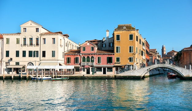 伝統的な家屋と歩道橋、イタリア、ベニスの大運河からの眺め。