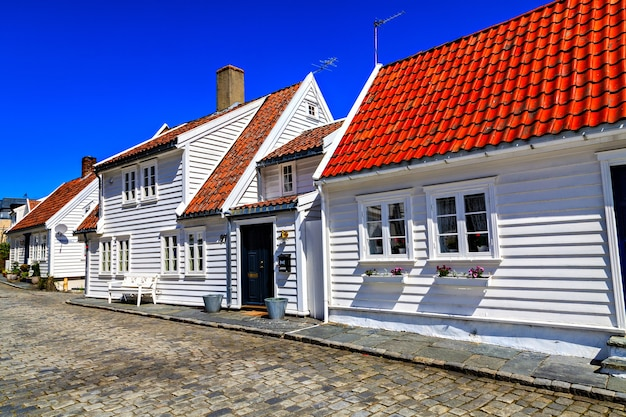 石に覆われた伝統家屋と道