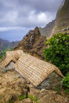Традиционные дома в долине пол, остров санто-антао, кабо-верде