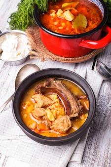 Традиционное венгерское блюдо - гуляш бограц, тушеное мясо и овощи в казане.
