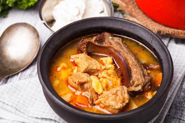 Традиционное венгерское блюдо - гуляш с бурачем, тушеное мясо и овощи в казане.