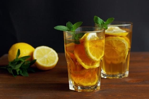 背の高いグラスにレモンと氷を入れた伝統的なアイスティー