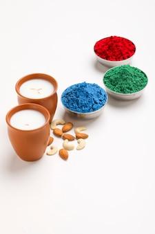 伝統的なインドの飲み物、ホーリー祭の食べ物、ナッツ入りタンダイサルダイミルクドリンク、