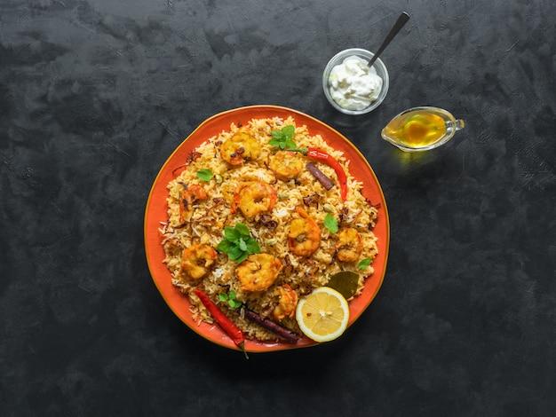 새우와 전통적인 인도 biryani입니다. 맛있고 맛있는 새우 비리 야니, 평면도