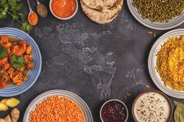 ご飯、レンズ豆、緑豆を使った伝統的なインドのカレー。上面図、コピースペース。