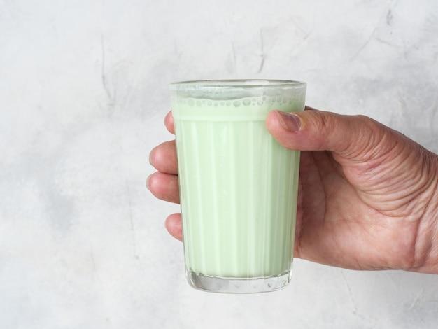 Традиционный индийский напиток бханг ласси в руке.