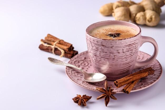 伝統的なインドの飲み物-白い背景の上のスパイスとマサラ茶